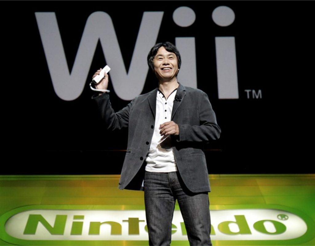 Miyamoto segurando um Wii Remote.